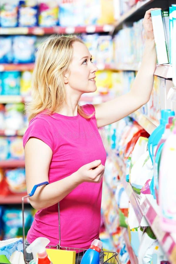 Fraueneinkaufstoilettenartikel und Haushaltsputzzeug stockbild