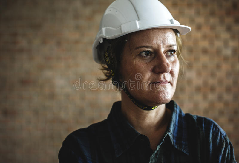 Frauenerbauer, der harten Sturzhelm trägt stockfotos