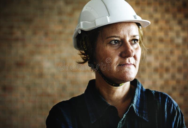 Frauenerbauer, der harten Sturzhelm trägt lizenzfreie stockfotos