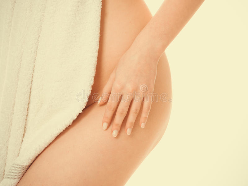Frauenesel vagin Bauchfell durch Tuch lizenzfreies stockbild