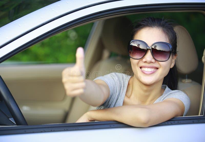 Frauenfahrerdaumen oben stockbilder