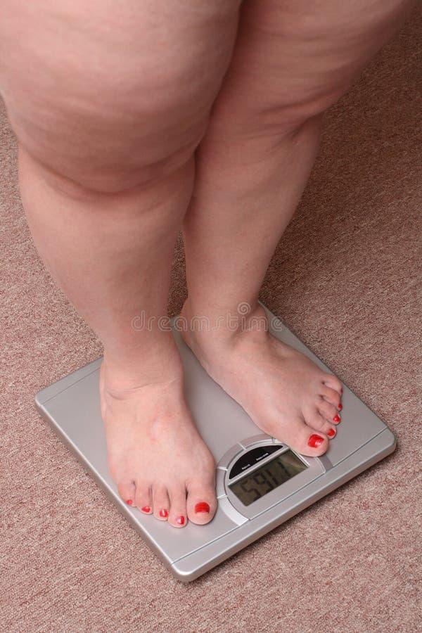 Frauenfahrwerkbeine mit Übergewicht stockfoto