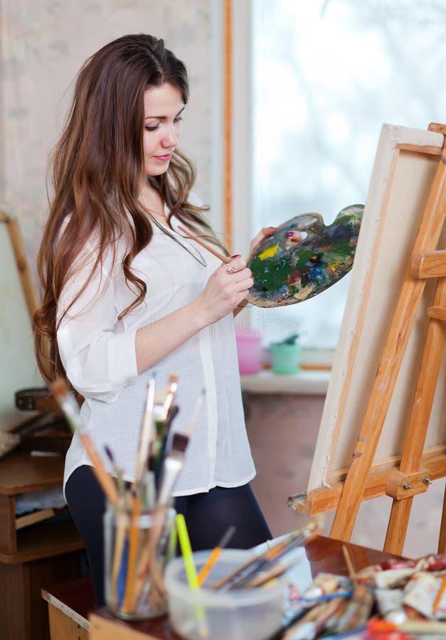 Frauenfarben mit Ölfarben lizenzfreie stockfotografie