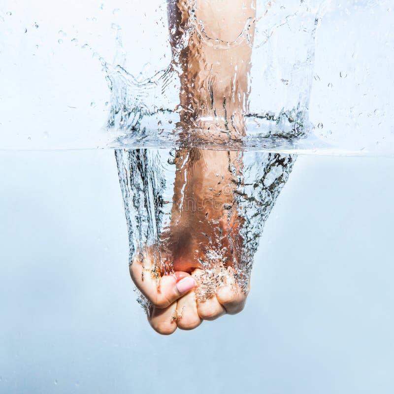 Frauenfaust durch das Wasser lizenzfreie stockfotografie