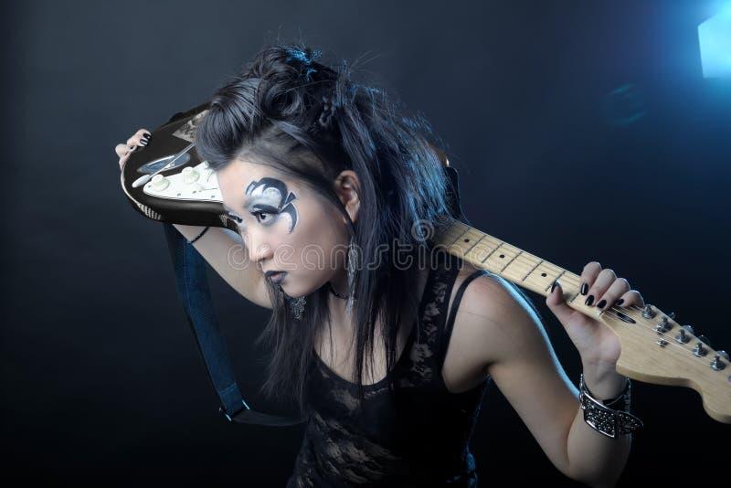 Frauenfelsen mit Gitarre lizenzfreie stockfotografie
