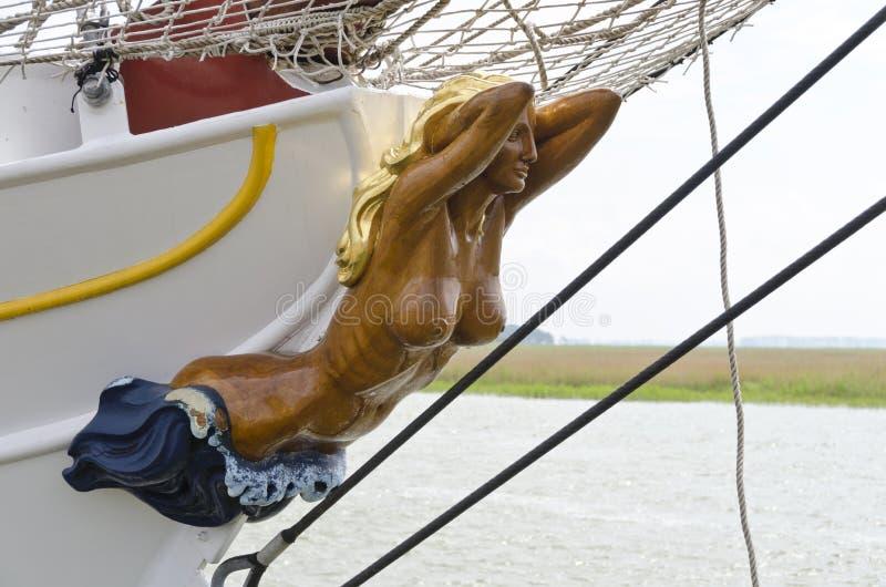 Frauenfigur mit nacktem Körper auf dem Bogen eines Segelboots lizenzfreie stockfotografie