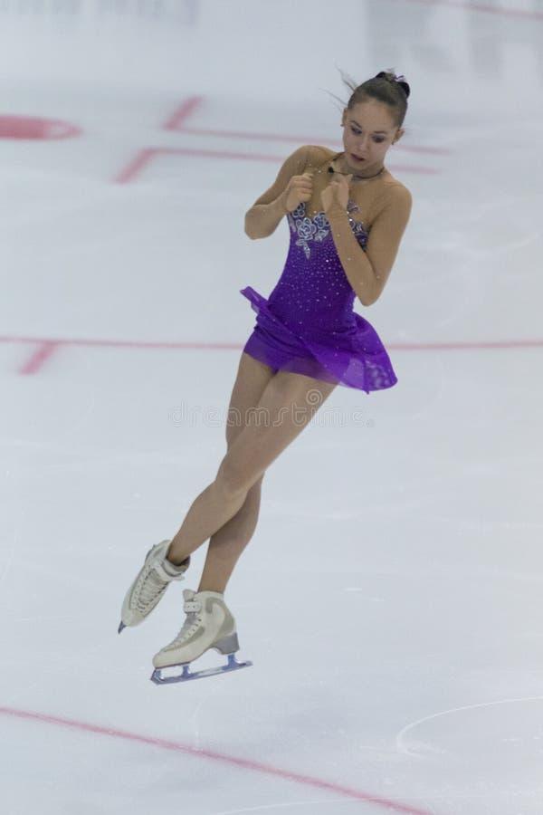 Frauenfigur-Schlittschuhläufer führt Damen-freies Eislaufprogramm Eis-Stern-am internationalen Eiskunstlaufwettbewerb durch lizenzfreies stockbild