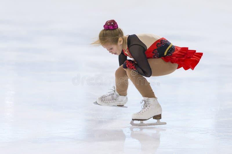 Frauenfigur-Schlittschuhläufer von Mädchen Russlands Alla Lyubimbova Performs Cubs B geben Eislaufprogramm an der Minsk-Arena-Sch stockfoto