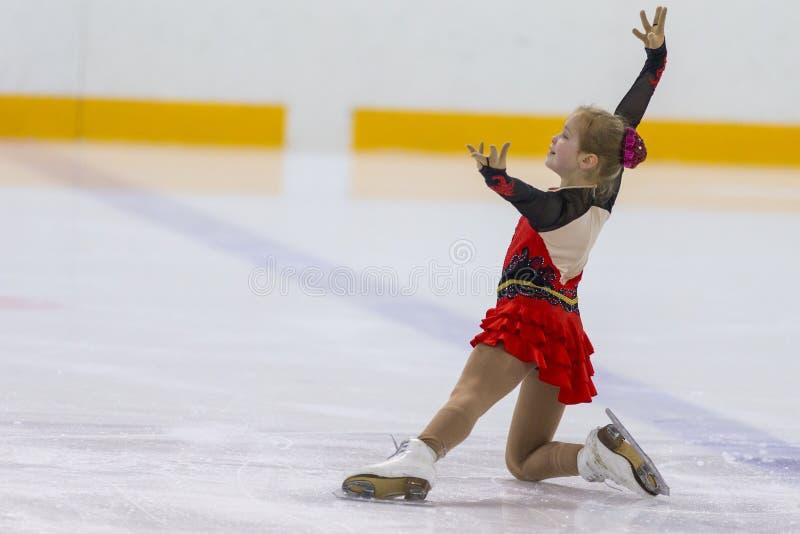 Frauenfigur-Schlittschuhläufer von Mädchen Russlands Alla Lyubimbova Performs Cubs B geben Eislaufprogramm an der Minsk-Arena-Sch stockfotografie