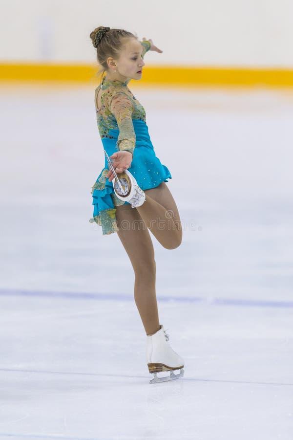 Frauenfigur-Schlittschuhläufer von Weißrussland Uliyana Homich führt CUB ein Mädchen-freies Eislaufprogramm an der Minsk-Arena-Sc lizenzfreie stockfotografie