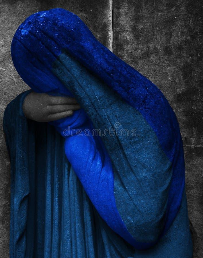 Frauenfigur umfasst im Blau stockfotografie