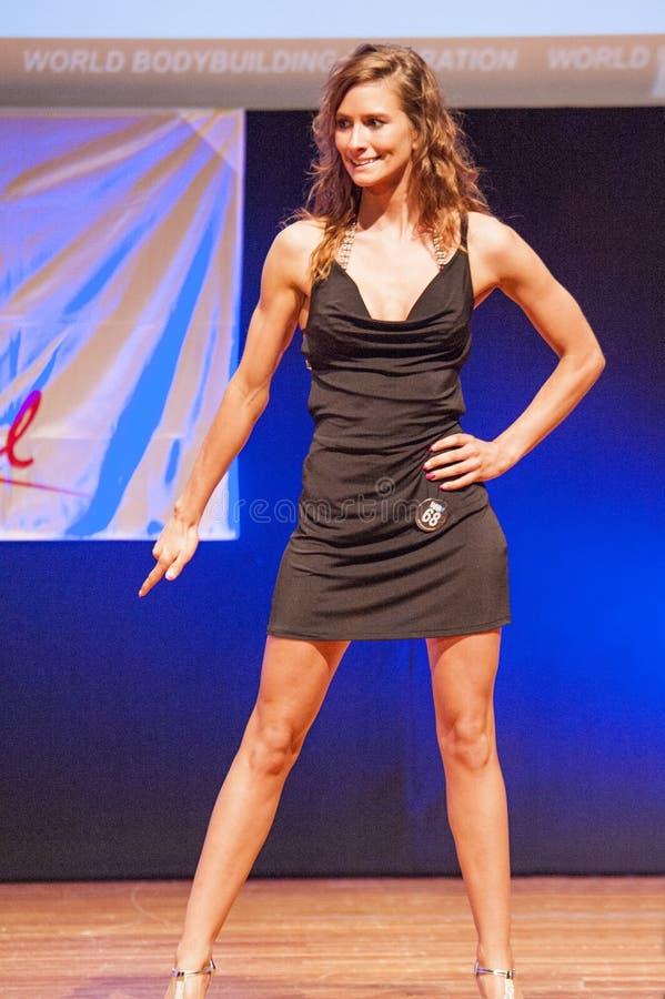 Frauenfigurmodell Im Abendkleid Zeigt Ihr Bestes Redaktionelles Foto ...