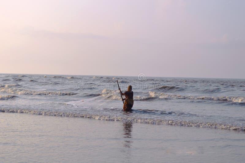 Frauenfischermann, der auf ganga sagar Inselmeer, Golf von Bengalen fischt stockfotos