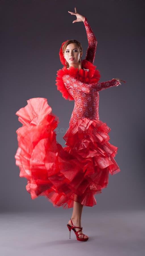 Frauenflamencotänzer im roten Kostüm stockbilder