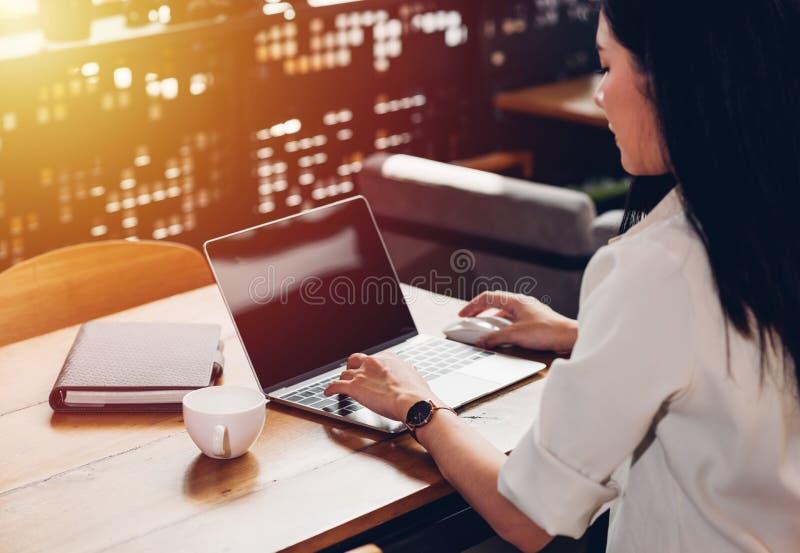 Frauenfreiberuflerarbeit unabhängig mit Laptop-Computer stockbilder