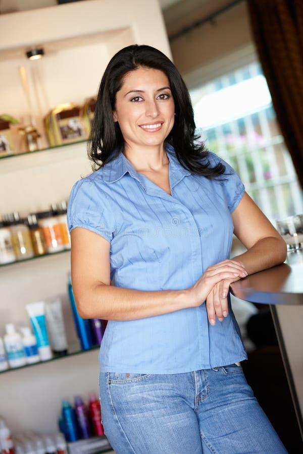 Frauenfriseur, der im Salon steht stockbilder