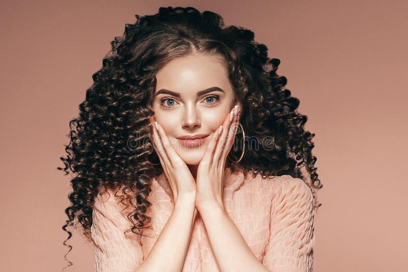 Frauenfrisurdame des gelockten Haares mit dem langen brunette Haar lizenzfreies stockbild