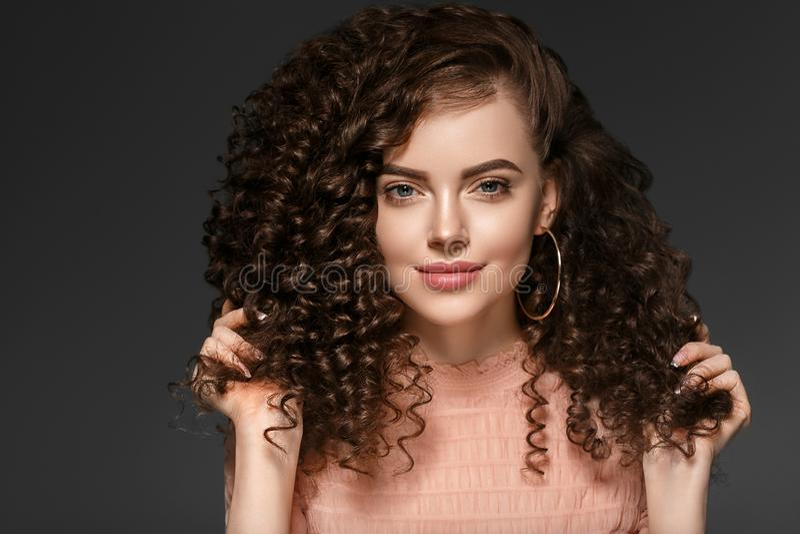 Frauenfrisurdame des gelockten Haares mit dem langen brunette Haar stockfotografie