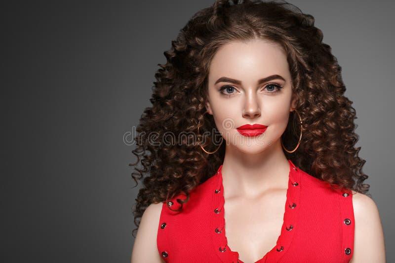 Frauenfrisurdame des gelockten Haares mit dem langen brunette Haar lizenzfreie stockbilder