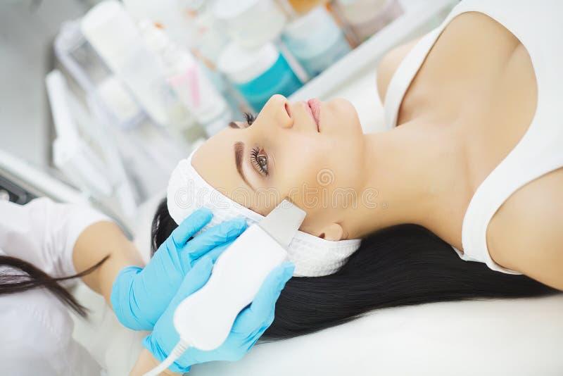 Frauenfuß im Wasser Frau, die Gesichtshautanalyse empfängt cosmetology stockbild