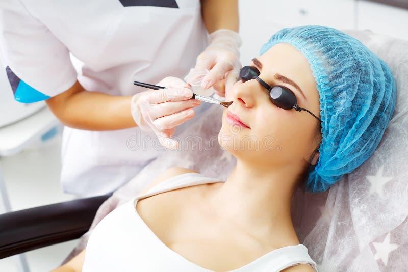 Frauenfuß im Wasser Frau, die Gesichtshautanalyse empfängt cosmetology stockfoto
