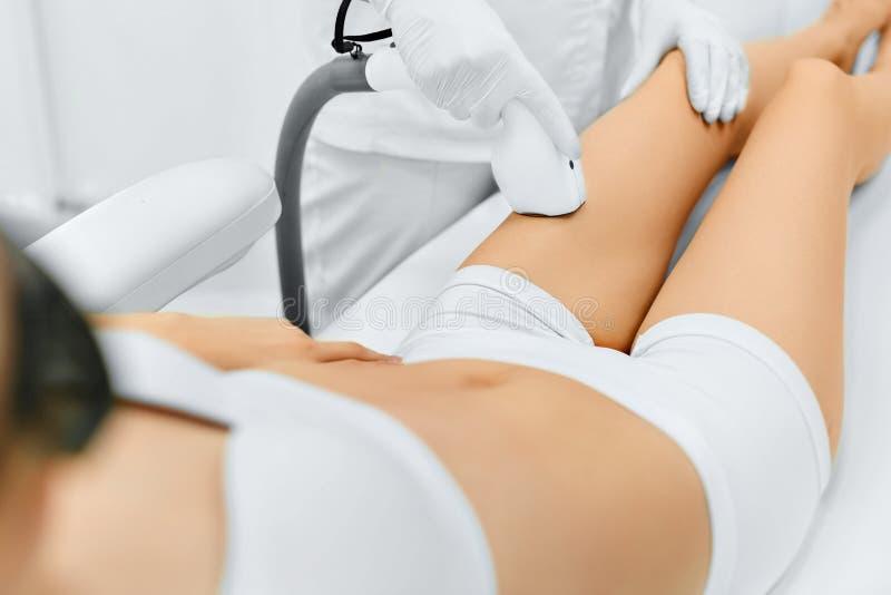 Frauenfuß im Wasser Laser-Haar-Abbau Epilations-Behandlung Glatte Haut lizenzfreies stockfoto