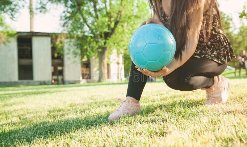 Frauenfußballspieler, der Fußball hält stockbilder