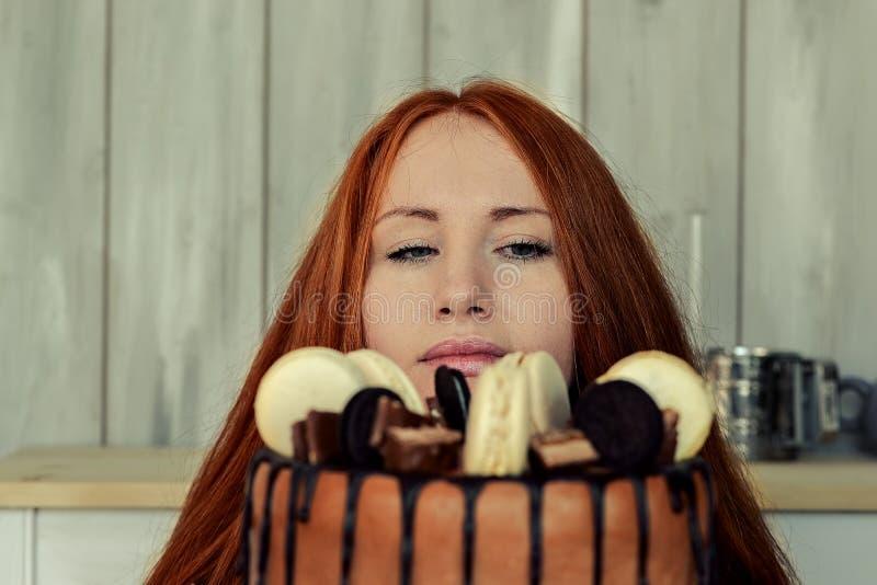 Frauengebäck in der Küche lizenzfreie stockbilder