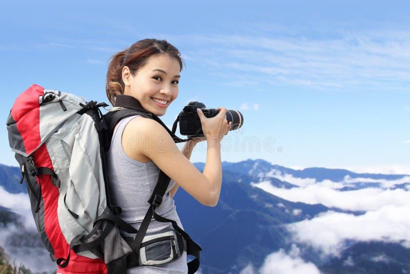 Frauengebirgswanderer, der Fotos macht lizenzfreies stockfoto