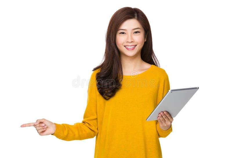 Frauengebrauch der digitalen Tablette und Finger zeigen oben stockbild