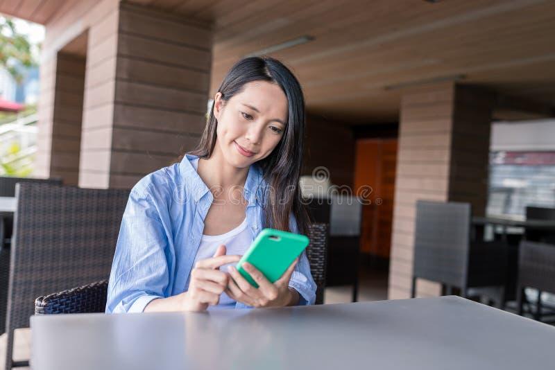 Frauengebrauch des intelligenten Telefons stockbild