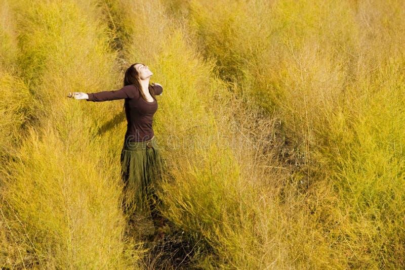 Frauengefühlsfreiheit auf einem Gebiet. lizenzfreies stockfoto