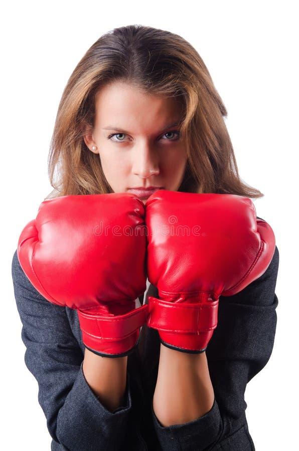 Frauengeschäftsfrau mit Boxhandschuhen auf Weiß