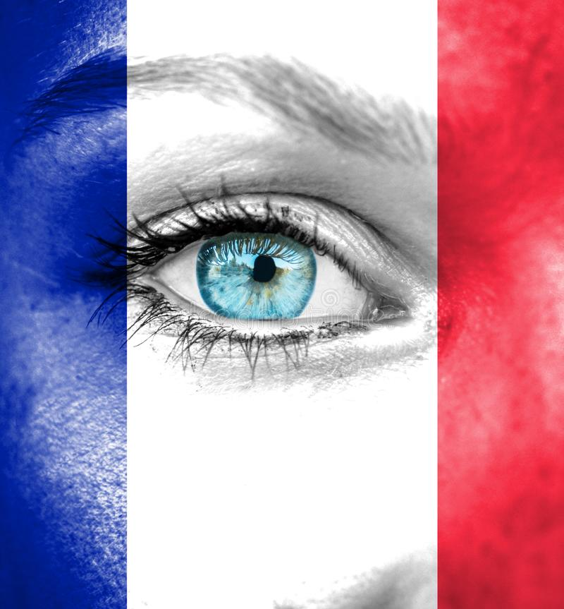 Frauengesicht gemalt mit Flagge von Frankreich lizenzfreies stockbild
