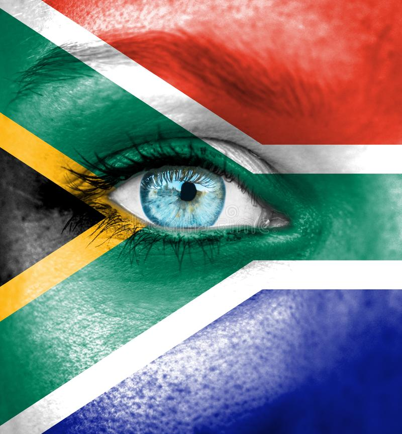 Frauengesicht gemalt mit Flagge von Südafrika stockfoto