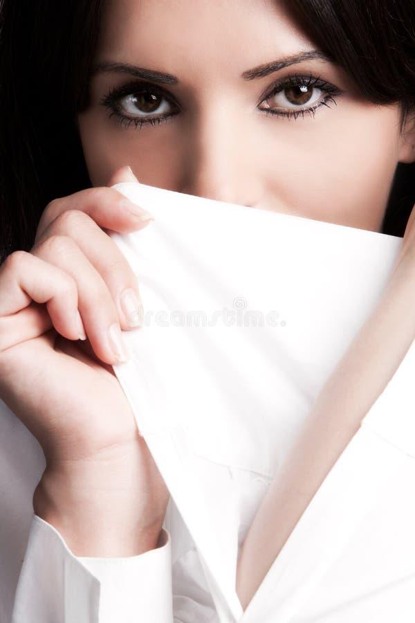 Frauengesicht hinter weißer Hülse stockfoto