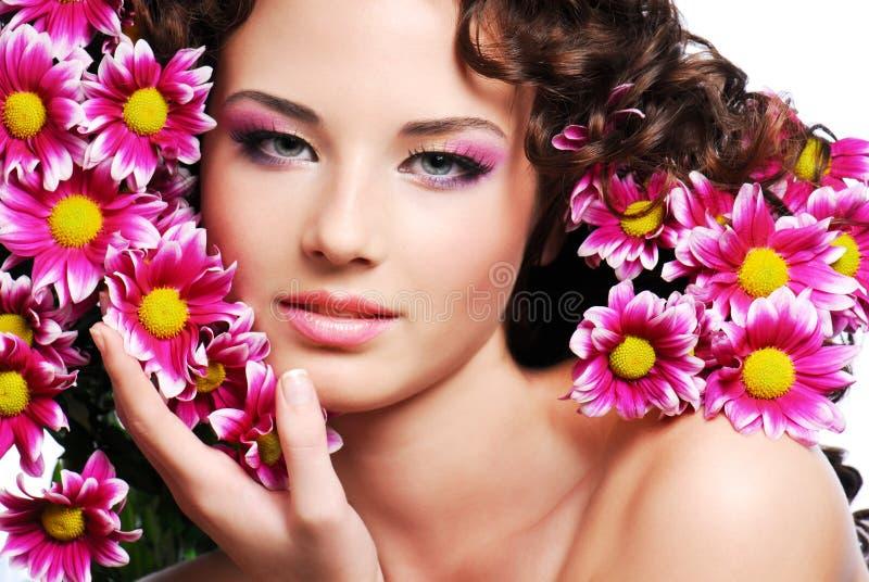 Frauengesicht mit Blumen lizenzfreie stockfotografie