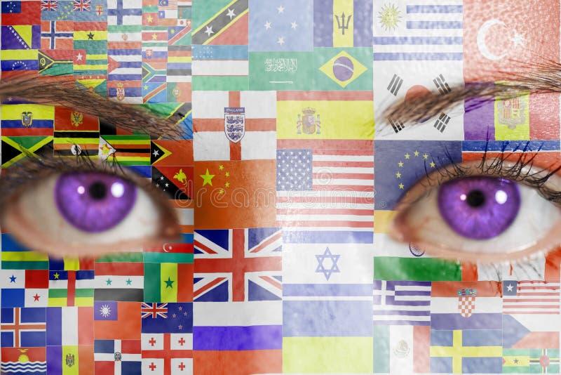 Frauengesicht mit gemalten Flaggen alle Länder der Welt stockfotografie