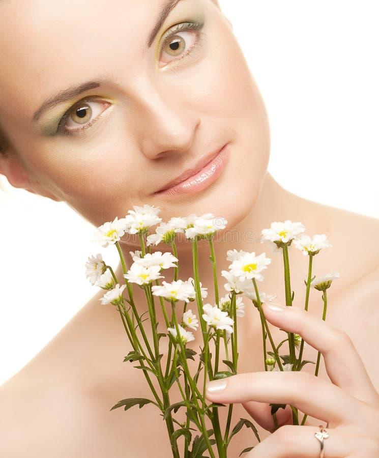 Frauengesicht mit weißen Blumen stockfotos