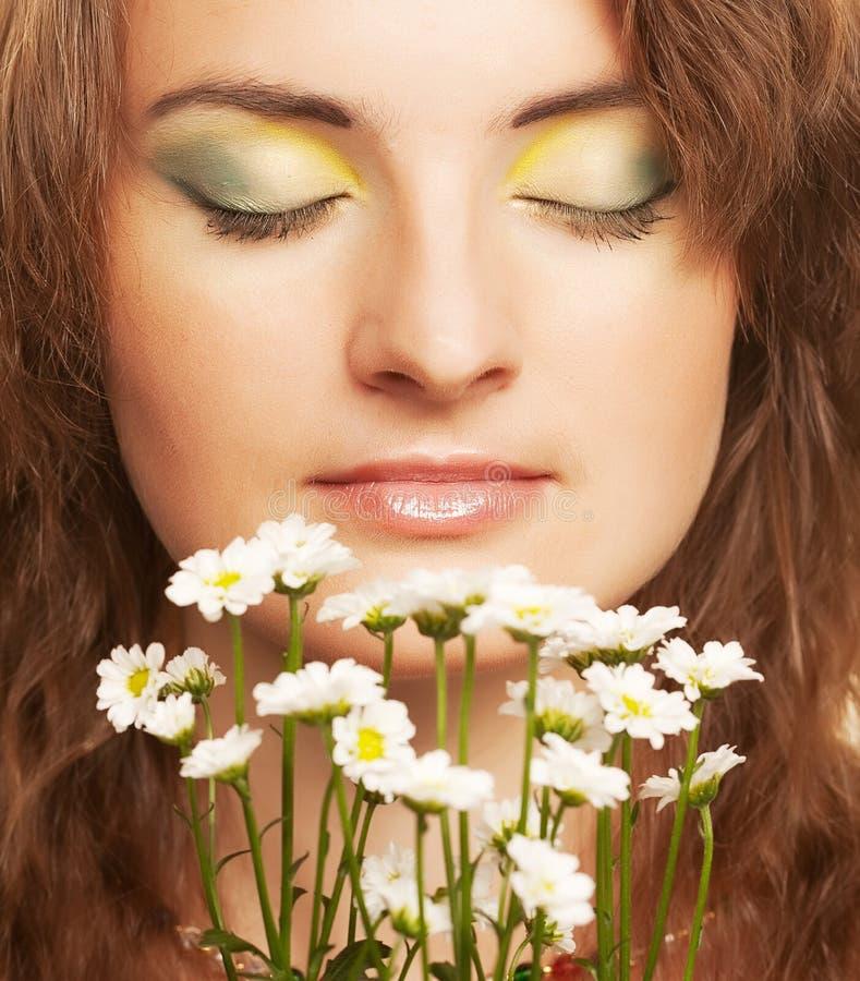 Frauengesicht mit weißen Blumen lizenzfreies stockfoto