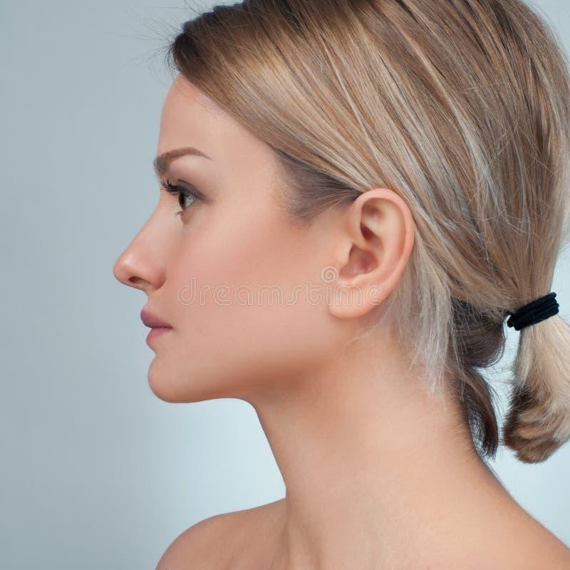 Frauengesicht nach plastischer Chirurgie Anti-Alternbehandlung und Facelift stockfoto