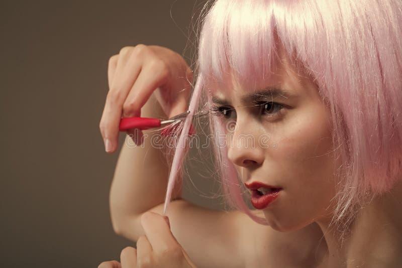 Frauengesichtshautpflege Porträtfrauengesicht in Ihrem advertisnent Frau mit den roten Lippen in der Perücke auf grauem Hintergru lizenzfreie stockfotos