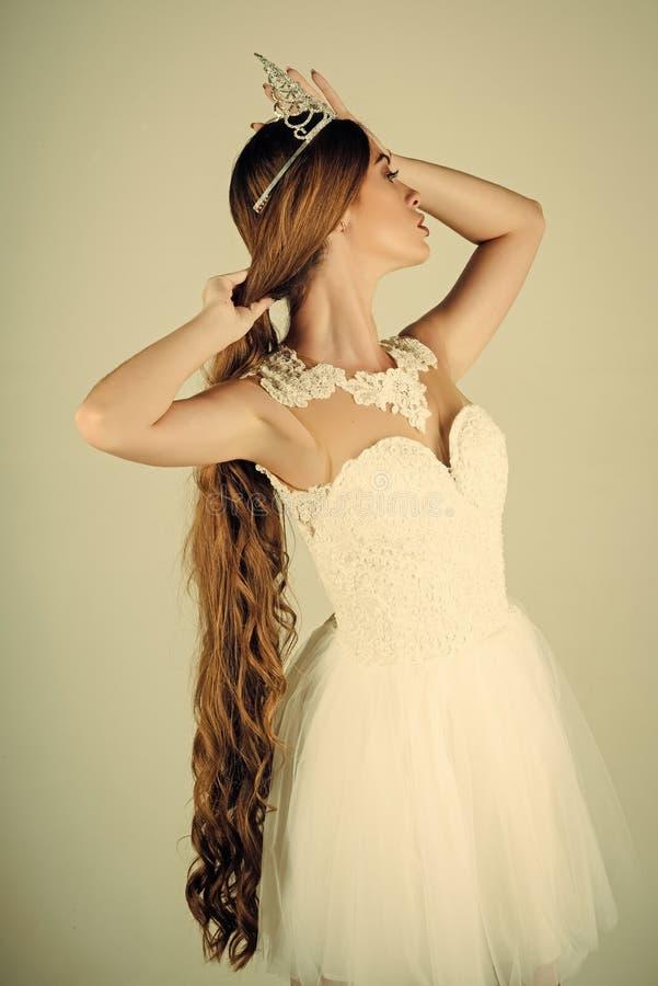 Frauengesichtsschönheit Haarpflege- und Abschlussballkönigin stockfotos