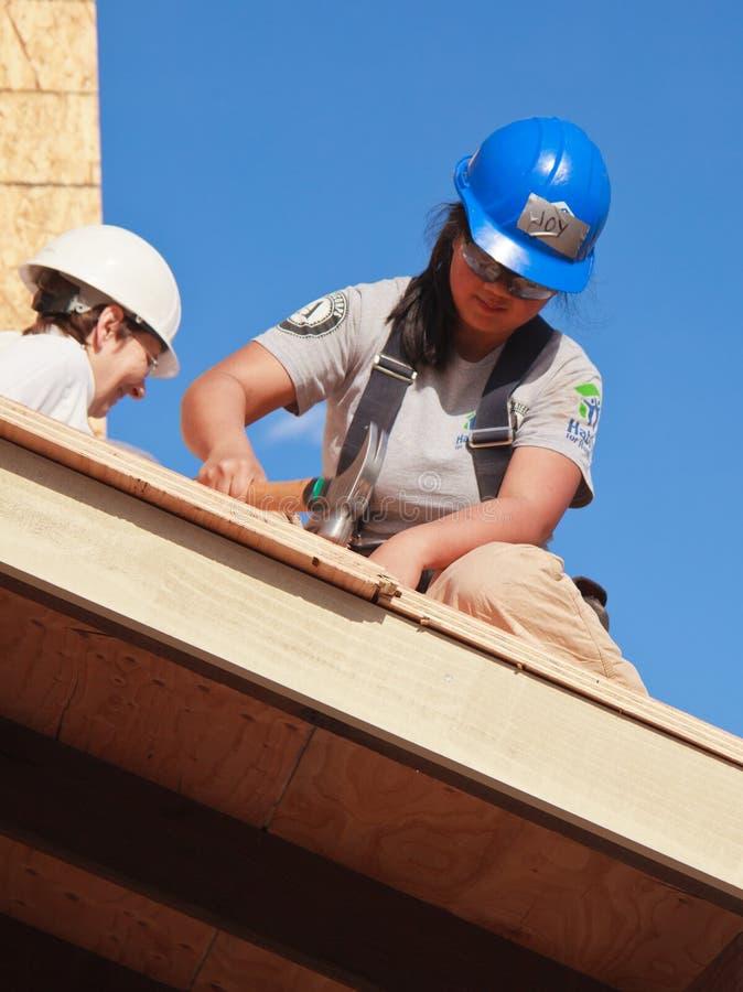 Frauengestaltdach für Haus für Lebensraum für Menschlichkeit stockbild