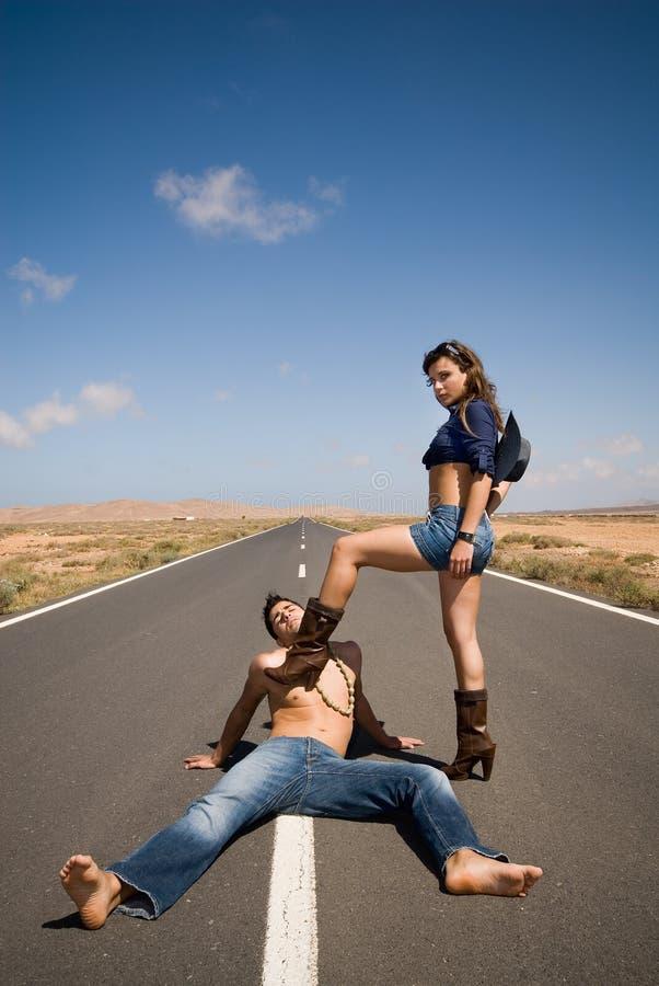 Frauengewinn ein Kampf auf der Straße stockbild
