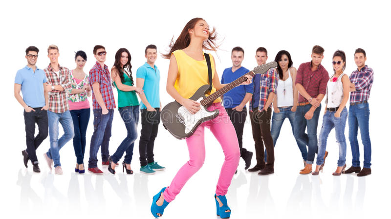 Frauengitarrist, der Rock-and-Roll spielt stockfoto