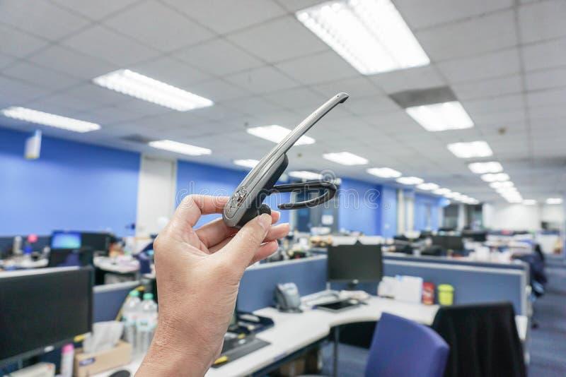 Frauengriff Bluetooth-Kopfhörer stockfotografie