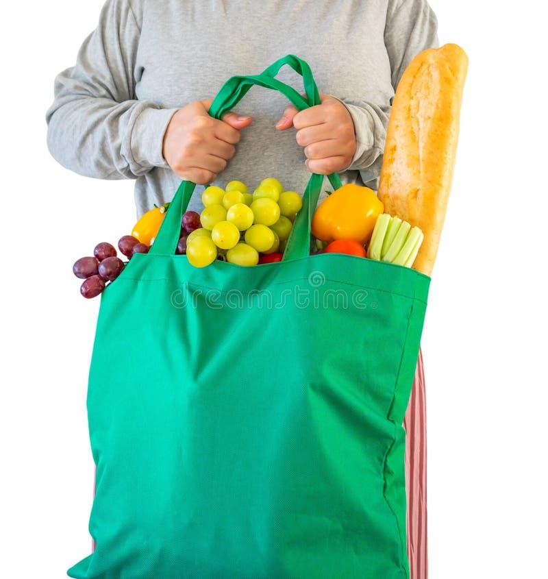Frauengriff eco freundliche grüne wiederverwendbare Einkaufstasche gefüllt mit dem vollen frische Obst- und Gemüse Lebensmittelge lizenzfreie stockfotografie