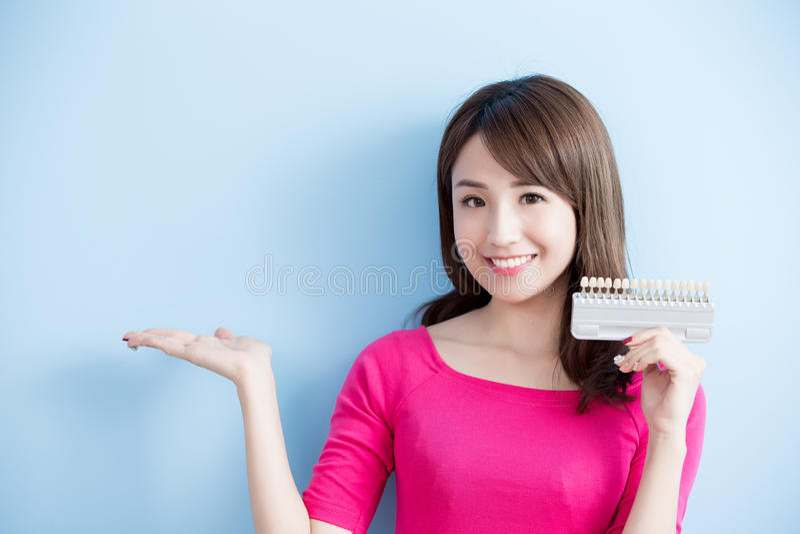 Frauengriff-Zahnweißungswerkzeug stockfotos