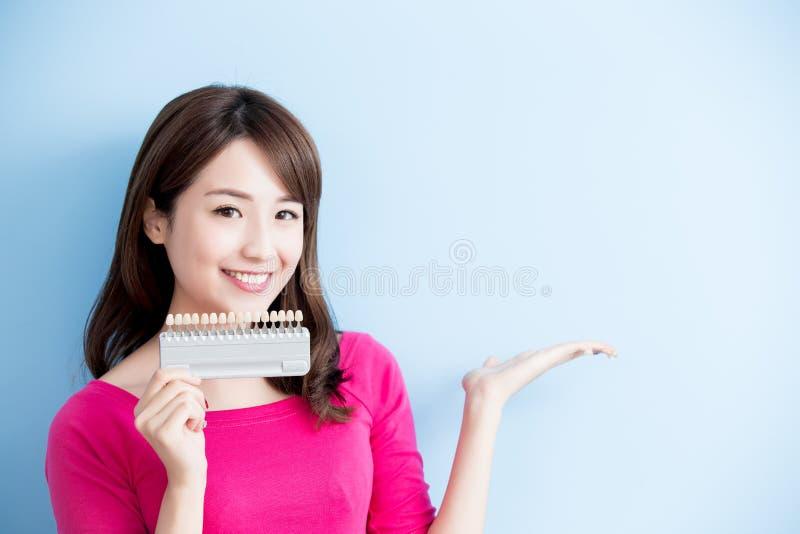 Frauengriff-Zahnweißungswerkzeug lizenzfreie stockfotografie